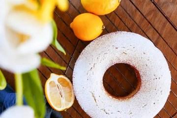 Yoghurtkaka med citron och vanilj med tulipaner