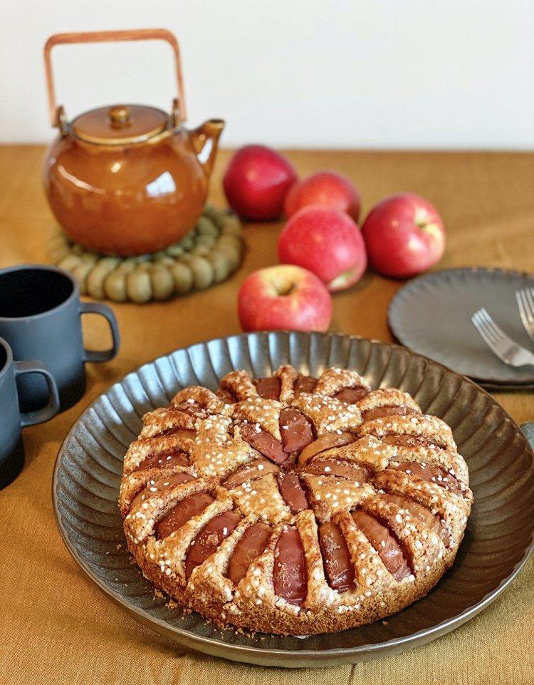 Äppelkaka på fikabord