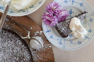 Saftig chokladkaka i bit med blomma på fat