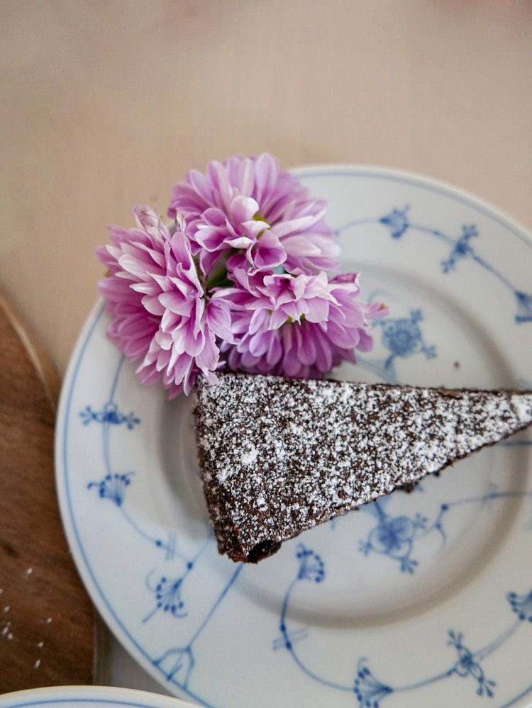 Saftig chokladkaka i bit med blomma