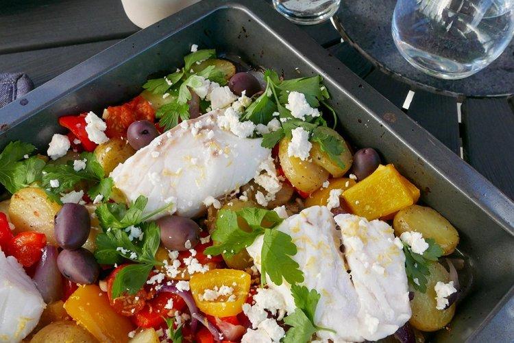 Torsk i form med oliver och citron på tallrik