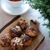 Kokostoppar på skärbräda och te