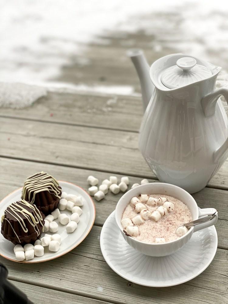 Chokladbomb med tekanna och kopp vit