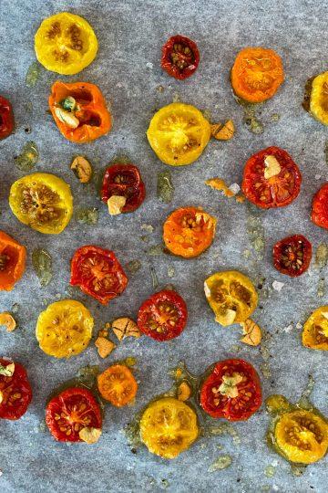 Långbakade tomater med vitlök