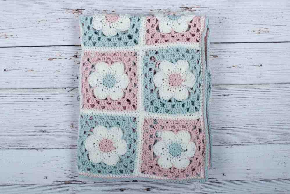 Free baby crochet patterns - baby blanket with flowers