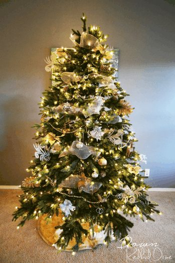 Learn how to decorate your Christmas tree step by step