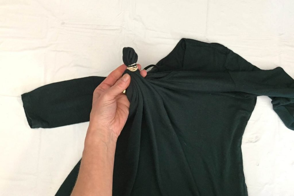 Tying rubber bands to the shirt