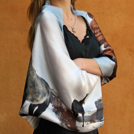 Fular versatil estola bolero en satén de seda visto de frente