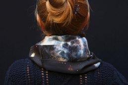 Fibra Creativa fular de seda circular estampado espacio