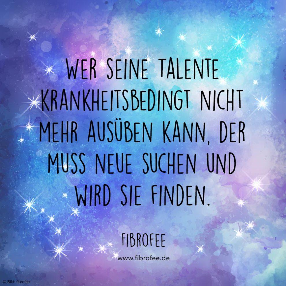 """Vor einem blau-lila Hintergrund aus Wasserfarboptik steht folgendes Zitat: """"Wer seine Talente krankheitsbedingt nicht mehr ausüben kann, der muss neue suchen und wird sie finden."""" - Fibrofee"""