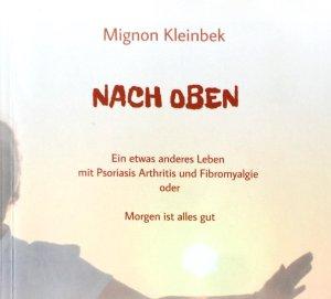 """Das Bild zeigt das Buchcover von """"Nach oben"""" - dem Buch von Mignon Kleinbek. Darauf ist die Autorin zu sehen, die vor im Sonnenuntergang steht und die Arme ausbreitet."""