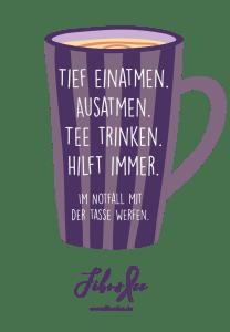 """Das Bild zeigt eine Grafik mit einer gestreiften lila Teetasse. Darauf steht """"Tief einatmen. Ausatmen. Tee trinken. Hilft immer. Im Notfall mit der Tasse werfen."""" Darunter ist das FibroFee-Logo abgebildet."""