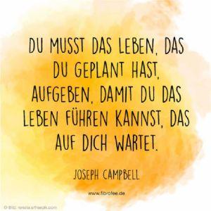 """Zitat vor gelbem Hintergrund: """"Du musst das Leben, das du geplant hast, aufgeben, damit du das Leben führen kannst, das auf die wartet"""" Joseph Campbell - mehr auf fibrofee.de"""