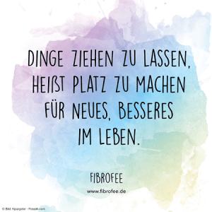"""Zitat vor blau-lila Hintergrund: """"Dinge ziehen zu lassen, heißt Platz zu machen für Neues, besseres im Leben."""" FibroFee, lies mehr auf fibrofee.de"""