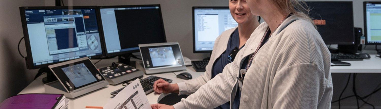 Osaavat ammattilaiset työssään. Läntisessä Syöpäkeskuksessa työskentelevät syövänhoidon osaavimmat ammattilaiset.