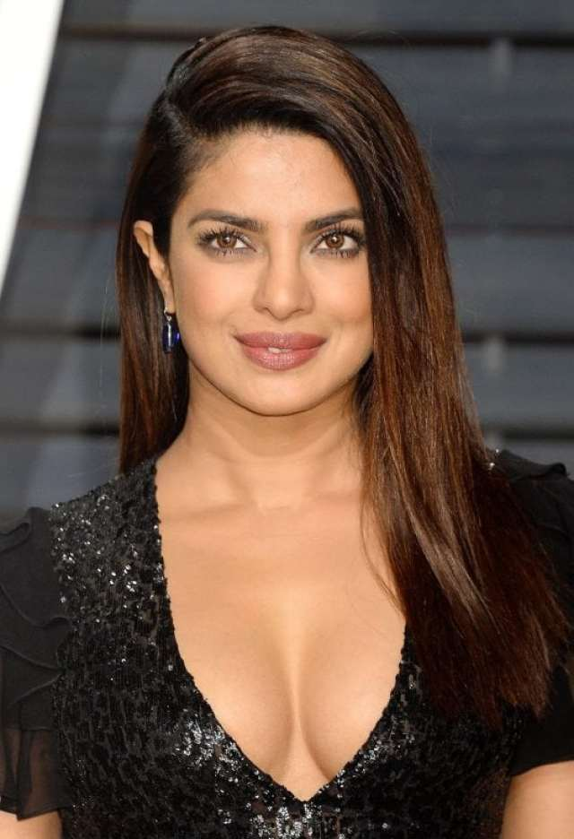 Priyanka Chopra Super Sexy Cleavage Show In Black Dress At The Vanity Fair Oscar Party 2017 in Los Angeles