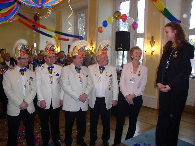 Die frischgebackene Ordensträgerin der Stadt Wiesbaden  Tanzmariechen Kathrin Kreß mit Vorstands- und Komiteemitgliedern