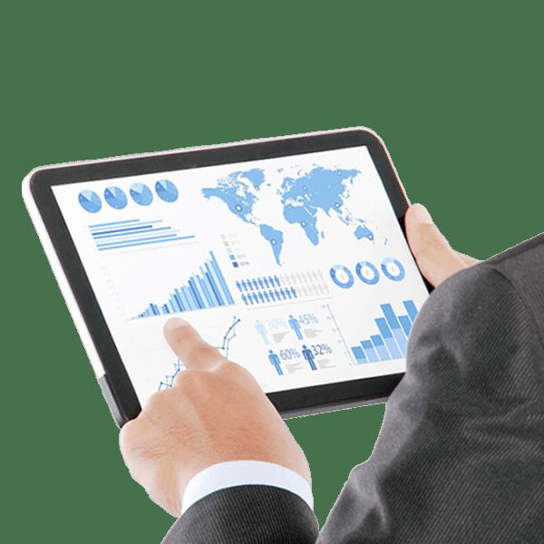 homem visualizando gráficos em tablet