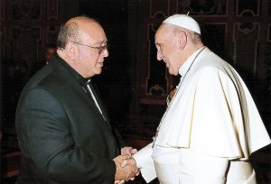 Monseñor Bonello junto al papa Francisco.