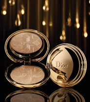 Precious Star : A jewel case whose ornamental radiance promises make-up as luminous as gold: Diorific reveals a face powder with a fine and shimmering finish. Whether in Gold or Pink versions, it blends tones of yellow or rose gold to create a glowing complexion that seems infused with light. A star is embossed on the powder, the promise of a very Dior Christmas.