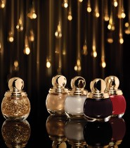 Gold At Your Fingertips : Key hues for a shock effect: the four new Diorific Vernis shades beautifully accent the hands with intense colour. Crimson Shock, Smoky liquorice, pearlescent Mirror and golden Gold Equinoxe… stunning colour that lights up nails with a brilliant shine. The finishing touch for a festive manicure, Diorific Golden Shock Top Coat adorns nails in delicate golden leaves. Worn on its own on bare nails or as a striking contrast over Diorific shades, gold is precious, fashionable and modern
