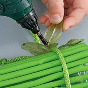 Como hacer un florero con ramas de arboles (4)