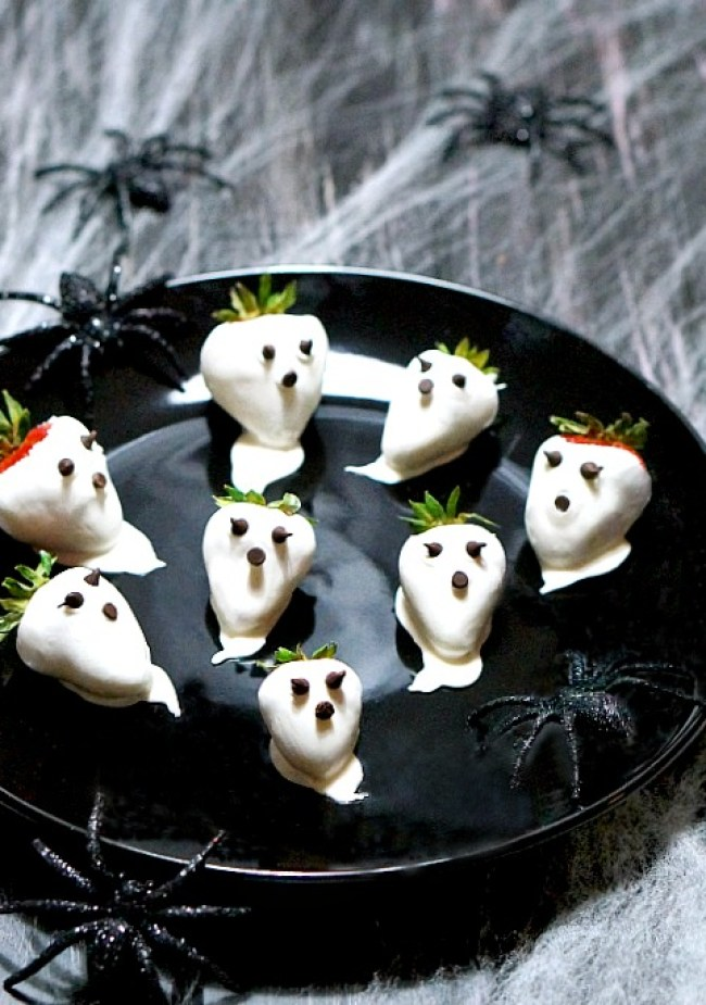 Halloween Strawberry Ghosts | FiestaFriday.net
