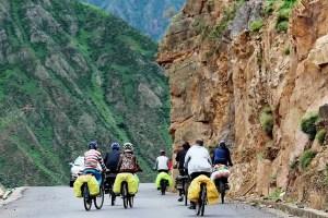 grupo de ciclistas en ruta