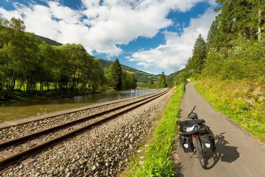 Bicicleta al lado de las vías del tren
