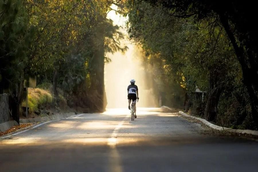 Ciclista por bosque