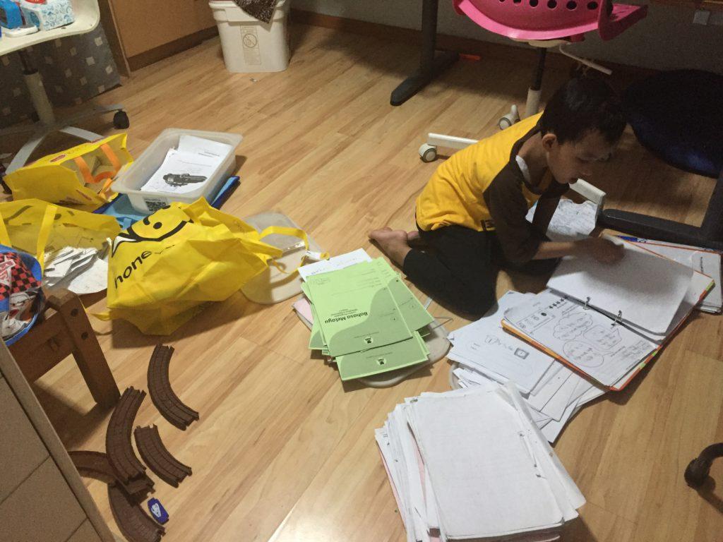 Family Project Hari Ke 2 Menyortir Buku Dan Lembar Kerja