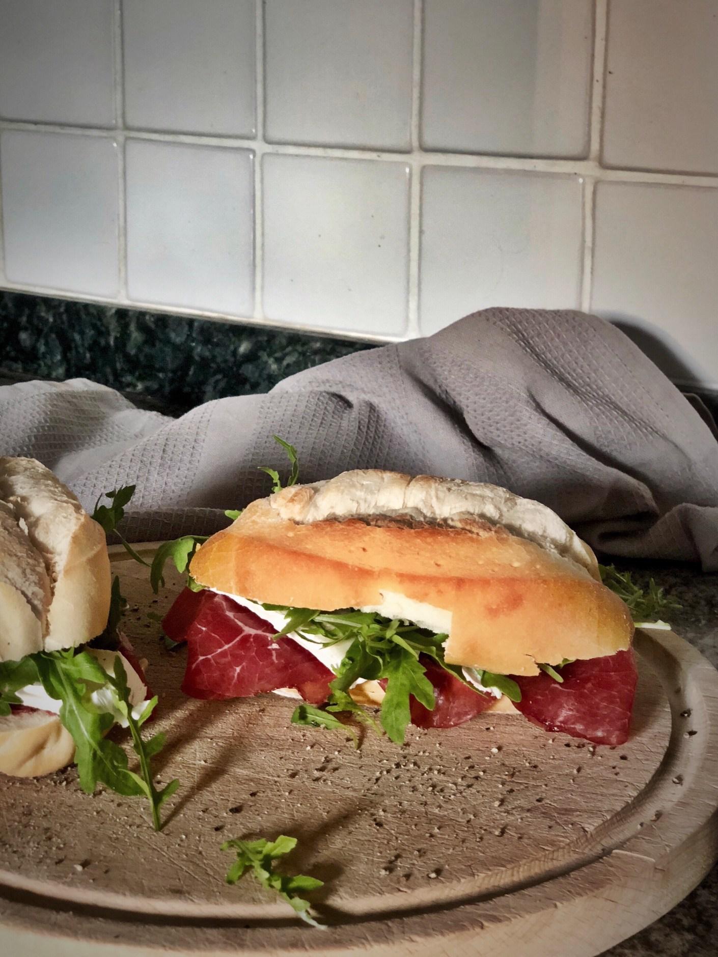 Sandwich med brie og bresaola