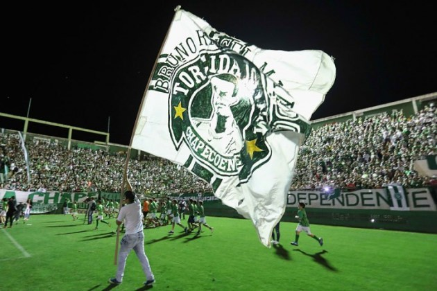 fans-pay-tribute-to-brazilian-football-team-chapecoense-following-fatal-plane-crash