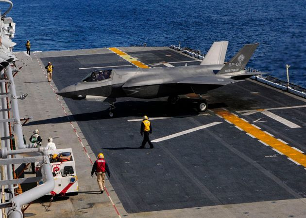 US_Navy_111003-N-ZZ999-006_An_F-35B_Lightning_II_makes_the_first_vertical_landing_on_a_flight_deck_at_sea_aboard_the_amphibious_assault_ship_USS_W
