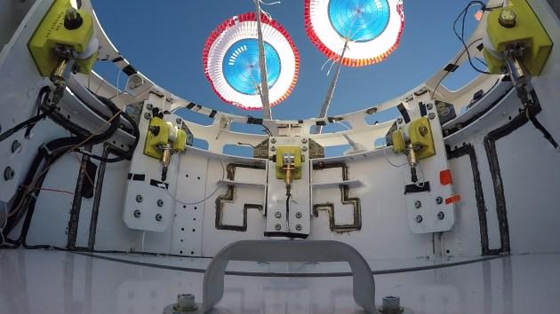 boeing-starliner-parachutetest-opening
