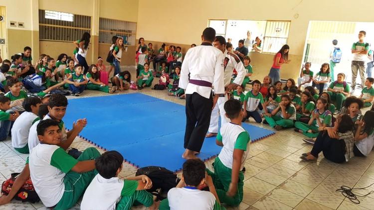 """Para a permanência no Projeto """"Jiu-jitsu nas Escolas"""", os alunos selecionados devem manter o bom desempenho escolar. Foto: Divulgação."""