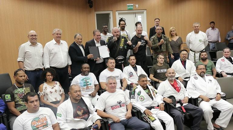 Jonas Donizete sanciona na Câmara Lei Dezembro Faixa Preta que populariza as artes marciais