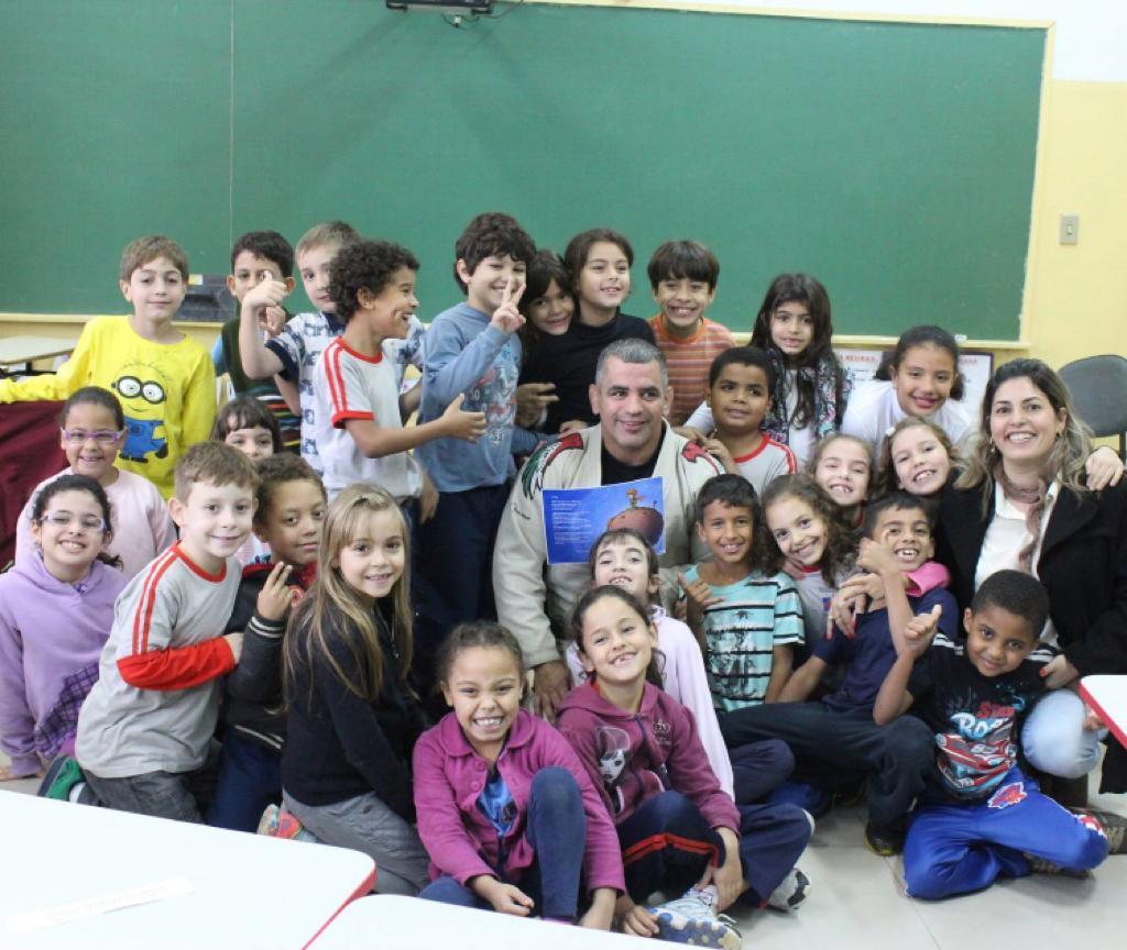 Professor Beto Nunes com seus alunos de BJJ na escola pública de Dubai