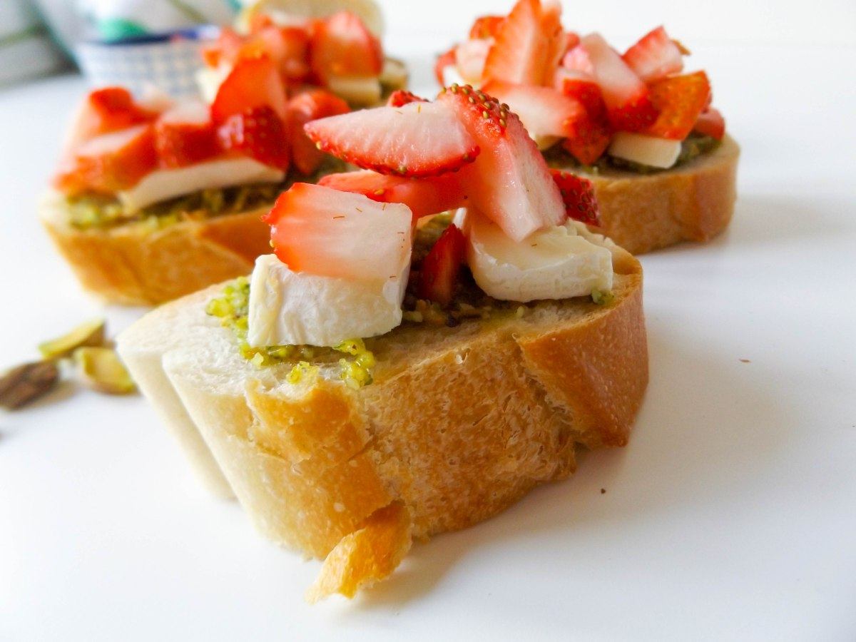 strawberry pistachio pesto crostini (1 of 1)-3