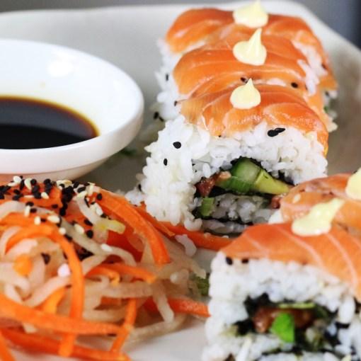 uramaki sushi rollen Uramaki sushi maken sushirol rollen Sushirol maken sushirijst koken sushi snijden sushi rollen sushi maken japanse keuken japans eten Japans