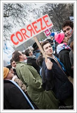 Les manifestants brandissent des panneaux indiquant d'où ils viennent. Celui-ci a un certain succès, Dieu sait pourquoi...