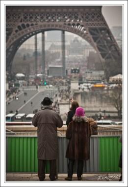 Beaucoup prennent des photos. Ils ont raison : c'est rare d'avoir une photo un peu originale de la Tour Eiffel.