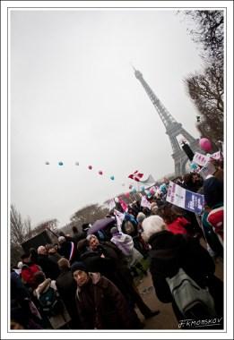 Le Champs de Mars, qui accueillait 700 000 personnes pour un concert de Johnny, restera plein au moins deux heures. Alors que des gens, nombreux, le quittent.