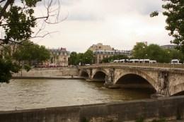 Les 2 ponts les plus proches des Invalides (Pont des Invalides et pont Alexandre-III) sont bloqués : on fils prendre le pont des Tuileries.