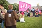 """Malgré les menaces d'interdiction, des jeunes portent des autocollants """"Printemps Français""""... en même temps que des drapeaux LMPT."""