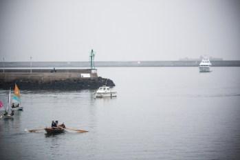 Pendant ce temps, juste à côté, une barque prend la direction du large.