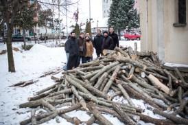 Devant une église perdue au milieu des barres d'immeubles, nous recevons une livraison de bois pour les familles les plus démunies qui ne pourraient sinon remplir les poêles que nous avons livrés.