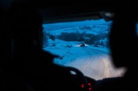 Retour au monastère... et nous repartons en convoi réduit pour un village dans la montage. La neige tombe, nous avançons en seconde sur la plus grande partie du trajet.