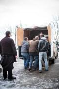 Ne pouvant pas partir distribuer cadeaux de Noël, matériel de sport et vêtements neufs, qui sont bloqués avec le camion, nous allons livrer les derniers poêles.