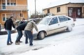 Pendant que la camionnette fait sa manœuvre, nous aidons un habitant du quartier.